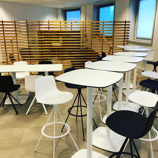 Tables hautes et tabourets de bar Lottus par Enea